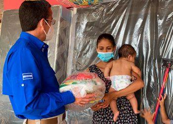 El ministro para la Promoción de Inversiones de Honduras, Luis Mata, distribuyó la ayuda humanitaria a familias afectadas por las tormentas.