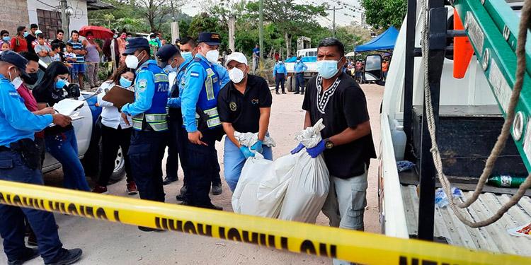 El cadáver fue levantado por personal de Medicina Forense, mientras que el conductor, supuesto tío del fallecido, fue detenido para investigación.