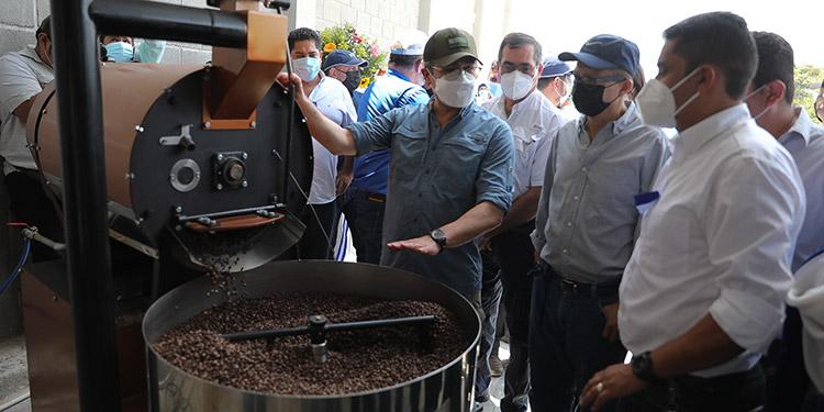 El Presidente Juan Orlando Hernández lanzó el Bono Cafetalero, rodeado de los productores de Danlí.