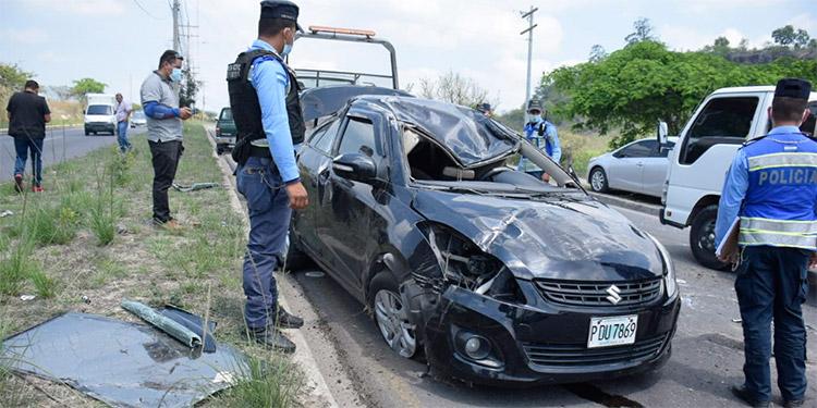En el lugar se encontraron varias botellas de bebidas, por lo que no se descarta que los ocupantes del automóvil accidentado pudieron andar bajo los efectos del alcohol.