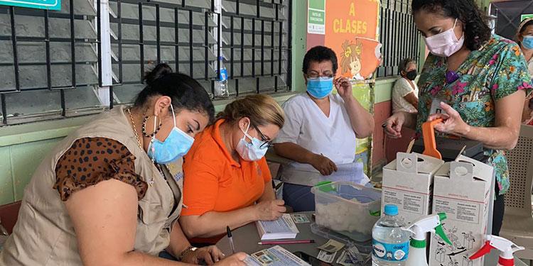 Un equipo de enfermeras y médicos se movilizó a la escuela José Castro López, del barrio Medina, para vacunar a los ancianos.