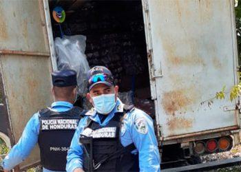 Después del asalto, al sector llegaron varios agentes policiales, pero solo encontraron el camión saqueado y los cadáveres de los operarios.