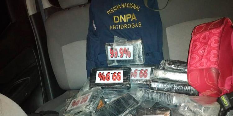 """La cocaína estaba empaquetada en bolsas negras con la leyenda """"9.99%""""."""