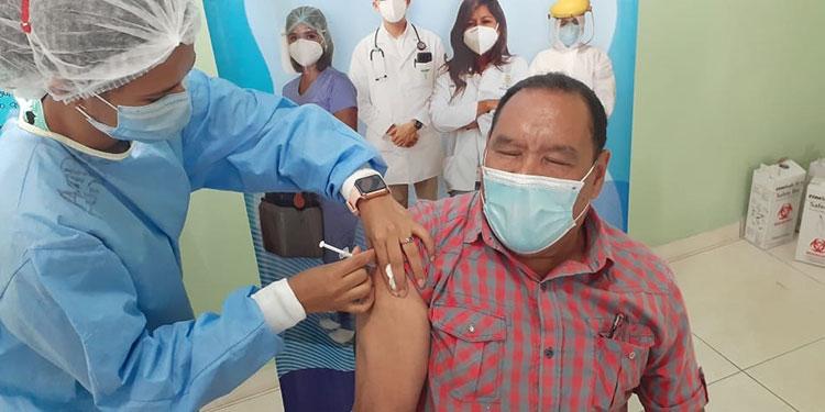 El comunicador Enrique Mejía, de la Asociación de Prensa de Catacamas, recibe su primera dosis de vacuna contra el COVID-19.