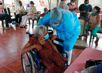 """Los ancianos y personal del asilo """"San Vicente de Paul"""", de la ciudad de Choluteca, fueron inoculados hoy contra el COVID-19."""