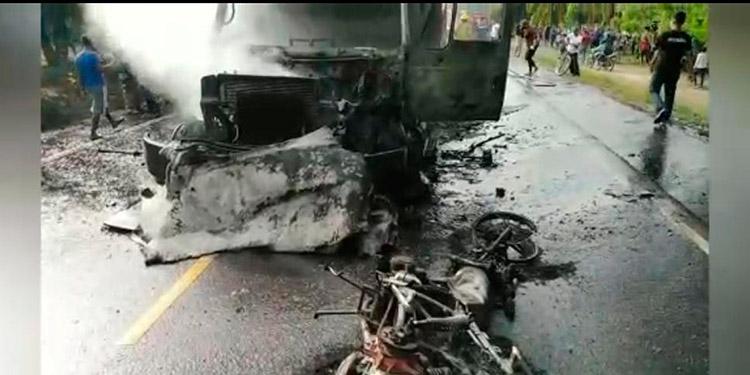 Del fuerte impacto se prendieron en llamas una motocicleta y el camión, habiendo fallecido el motociclista Marcio Iván Martínez.
