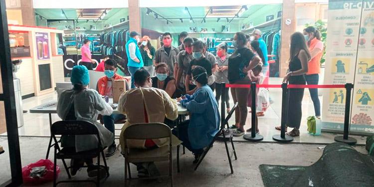 Brigadas de salud prosiguen tomando pruebas rápidas para detectar COVID-19 en la zona de Choluteca.