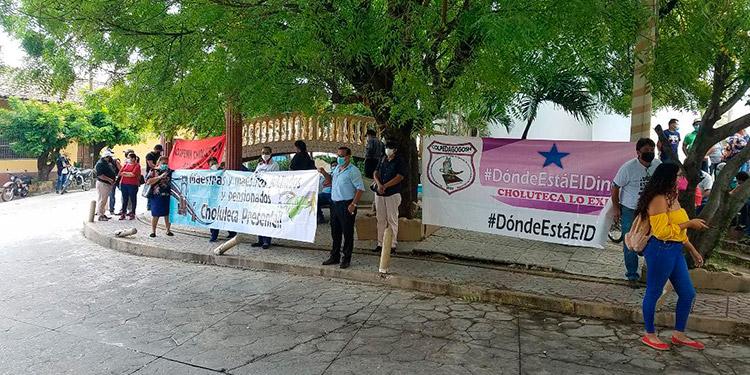 Los manifestantes enarbolaron mantas con mensajes de protesta frente a la oficina regional del Injupemp en la ciudad de Choluteca.