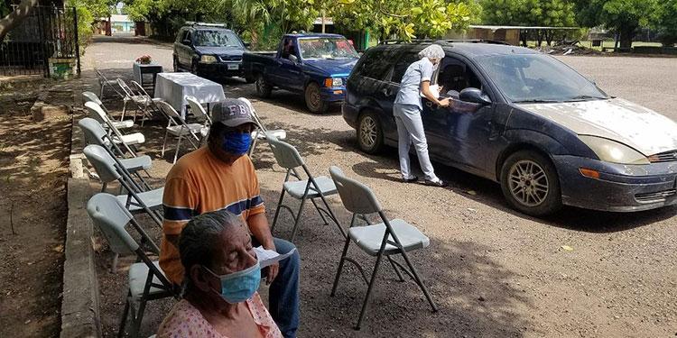 Muchos ancianos fueron acompañados por sus parientes al momento de recibir la dosis de vacuna contra el COVID-19.