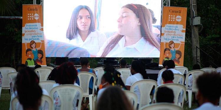 Los adolescentes de la comunidad de Bajamar, en Puerto Cortés, aprendieron a prevenir embarazos con el Cine de Calle del Unfpa.
