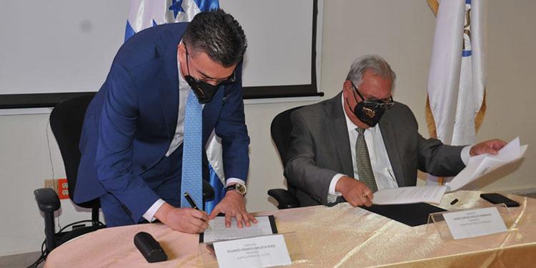 Los abogados Rolando Argueta y Mario Boquín, al momento de la firma del convenio.
