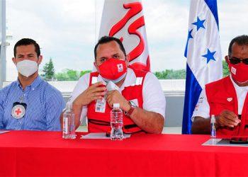 El representante del Comité Internacional, Frederik Michael Sostheim; el presidente de la Cruz Roja Hondureña, José Juan Castro y Nelson Aly Rodríguez, jefe de Clúser para Centroamérica, en el 158 aniversario de fundación.