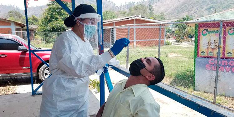 """Cada día que se practican pruebas de hisopado en el triaje de la Escuela """"Pedro Nufio"""", en Danlí, se reciben hasta 150 pacientes al día."""
