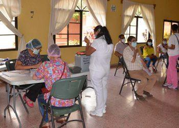 Hoy jueves se inició la vacunación en Danlí, El Paraíso, con personal de clínicas privadas, farmacias, odontológicas y cuerpos de socorro, entre otros.