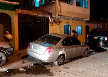 El policía militar se encontraba frente al inmueble de apartamentos donde residía cuando fue atacado a balazos por sujetos que se transportaban en una motocicleta.