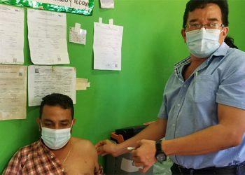 Reporteros y camarógrafos de Danlí, El Paraíso, recibieron la primera dosis de AstraZeneca.
