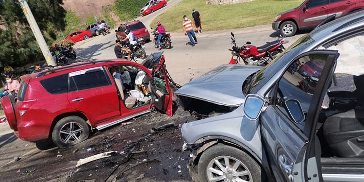 Josué David Mejía Ruíz manejaba la camioneta roja, supuestamente bajo los efectos del alcohol, provocando un fatal accidente.