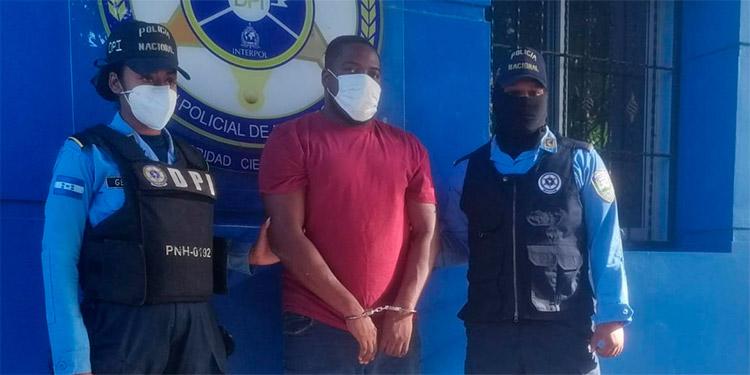 El DJ fue detenido mediante allanamiento de morada en la colonia Pizatty, de La Ceiba, Atlántida.