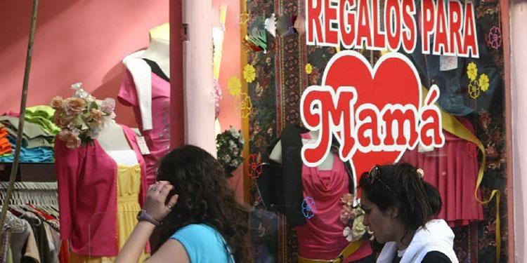 """Las tiendas lucen adornadas en la antesala del """"Día de la Madre""""."""