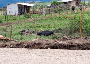 El hombre cayó muerto a balazos cuando trataba de escapar corriendo por un solar baldío.