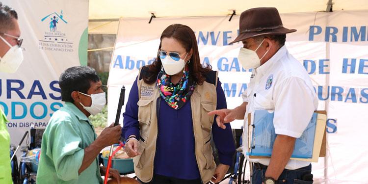 La Primera Dama, Ana García de Hernández, distribuyó sillas, bastones, entre otros beneficios, a 63 personas discapacitadas de San Andrés.