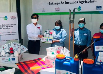 El embajador Diego Weng, cuando entrega los insumos en Intibucá.