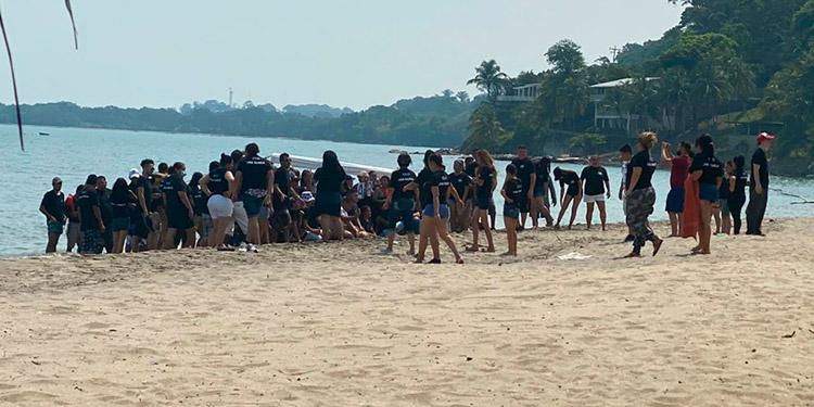 Los empleados de la maquila hicieron la fiesta en la playa, sin ninguna medida de bioseguridad.