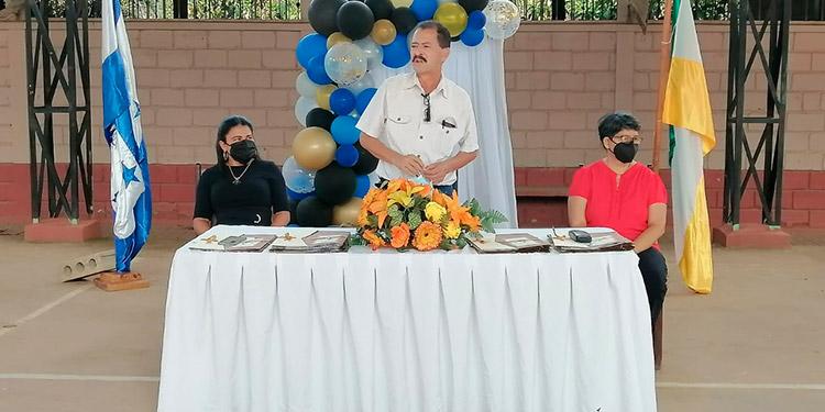 """Autoridades del Instituto """"Miguel Rafael Madrid"""", durante los actos de graduación."""