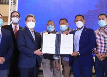 La firma del adendum del Pacto Municipal por una Vida Mejor se hizo entre el Presidente Juan Orlando Hernández y el titular de la Amhon, Carlos Cano.