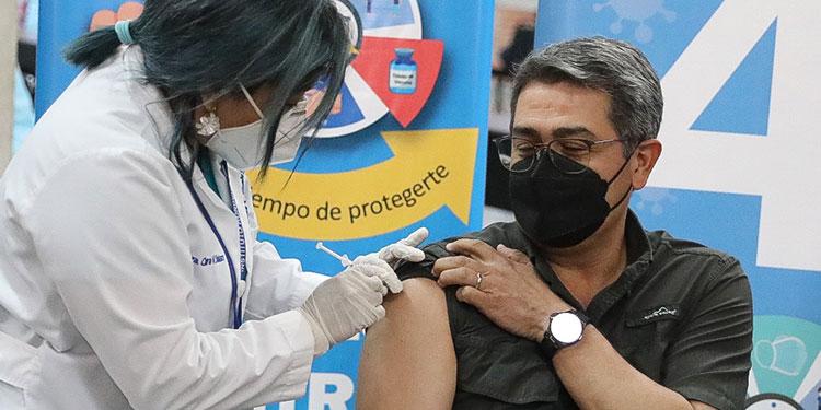 El Presidente Juan Orlando Hernández se aplicó la vacuna de AstraZeneca en el centro de vacunación de la Unicah.