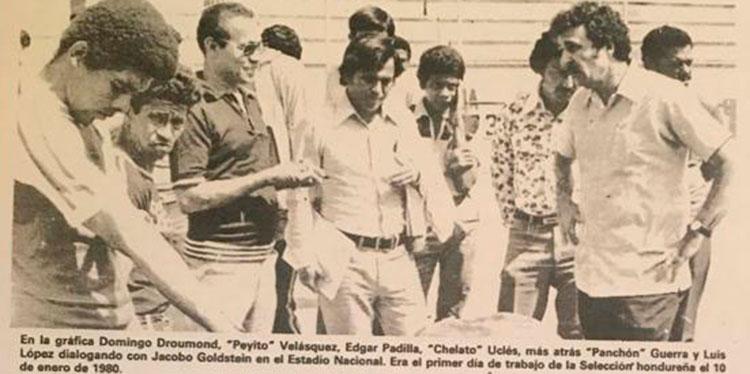 Aquí con miembros de la selección nacional el primer día de trabajo el 10 de enero de 1980.
