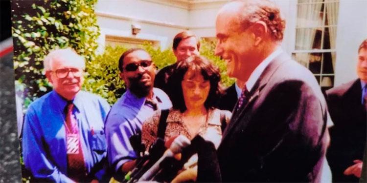 Jacobo Goldstein y otros periodistas entrevistan a Rudy  en la Casa Blanca en 2002.
