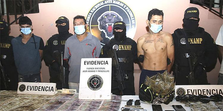 """A los """"mareros"""" les capturaron cuando se conducían en un vehículo tipo taxi, portando armas y transportando una cuantiosa suma de dinero y drogas."""