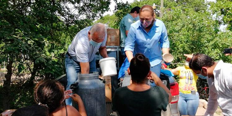 Un litro de leche y pan entregaron los políticos a habitantes de barrios y colonias de mayor necesidad.
