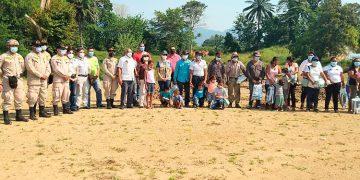 Las doce familias beneficiadas con representantes de Hábitat para la humanidad, municipalidad y cuerpo de bomberos.