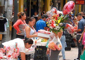 """Los hondureños celebran hoy, de forma atípica por la pandemia, el """"Día de la Madre"""", con diferentes actividades de agasajo a las progenitoras."""
