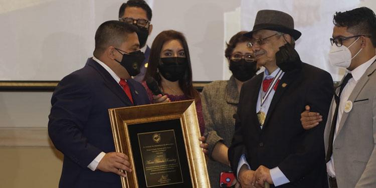 """El presidente del CPH, Osman Reyes, entrega el premio """"Álvaro Contreras"""" 2021 a don Mario Hernán Ramírez."""