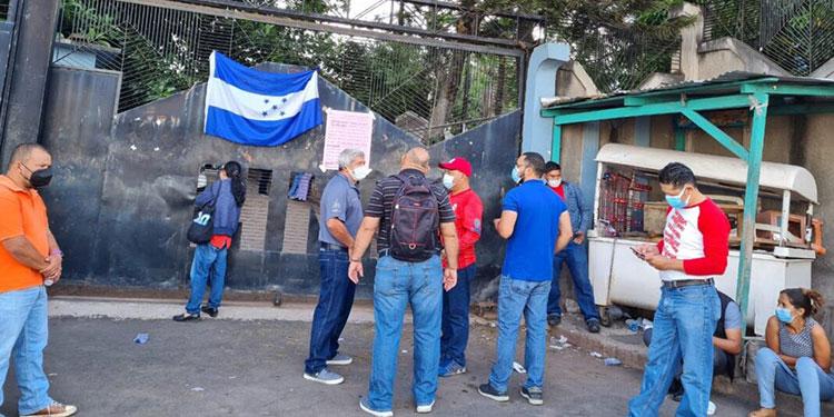 """Los empleados del Hospital Psiquiátrico """"Mario Mendoza"""" suspendieron la consulta externa por la falta del pago de sus salarios."""