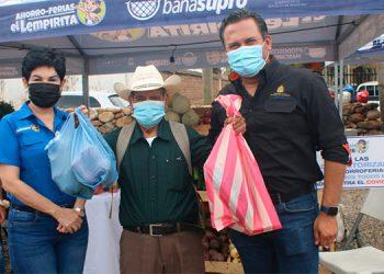 """Funcionarios de gobierno reactivaron las Ahorro Ferias """"El Lempirita"""" en beneficio de unas 750 familias con la venta de productos de la canasta básica."""