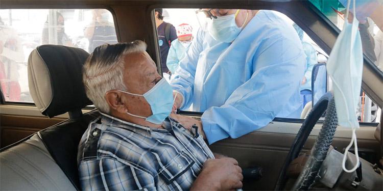 La vacunación anticovid para adultos mayores, a través de autoservicios, se realizó en tres puntos del Distrito Central.