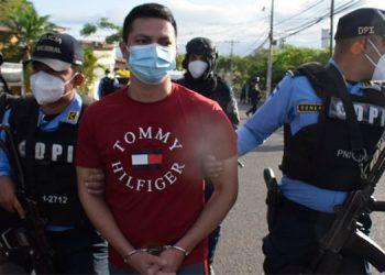 Las investigaciones señalan que tras cometer el doble crimen, el ahora detenido, Erlyn David Domínguez Banegas, se llevó de la escena un fusil propiedad de la Policía Nacional.