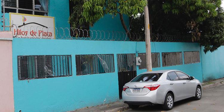 En el asilo de ancianos Hilos de Plata, las autoridades han colocado plásticos en sillas y puertas para evitar el contagio del COVID.