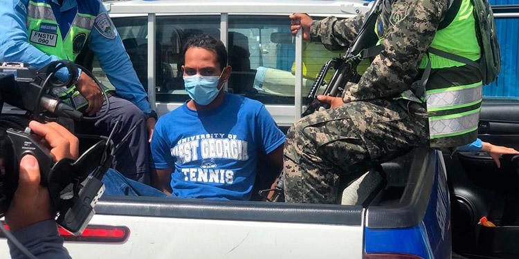 """José Yonis Flores Palma, alias """"El Mono"""", es señalado de haberle disparado al policía Billy Oviedo Fúnez Baca, cuando este intentó frustrar un asalto dentro de un autobús del transporte urbano."""