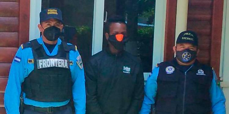 Al detenido se le documenta expediente investigativo para luego ser presentado ante la Fiscalía de La Ceiba, Atlántida.