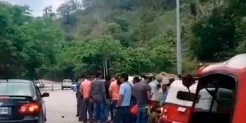 La víctima identificada como Eliazar Díaz (25) quedó en el interior de la unidad número 37, a la orilla de la carretera.