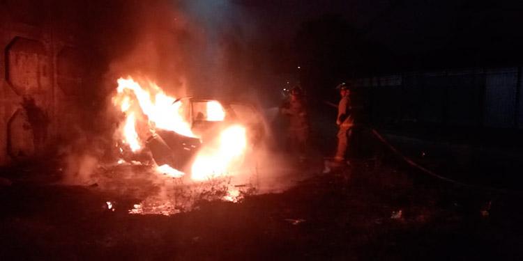 Tras controlar el incendio automotriz, los bomberos hallaron los restos calcinados del motorista con identidad hasta hoy desconocida.