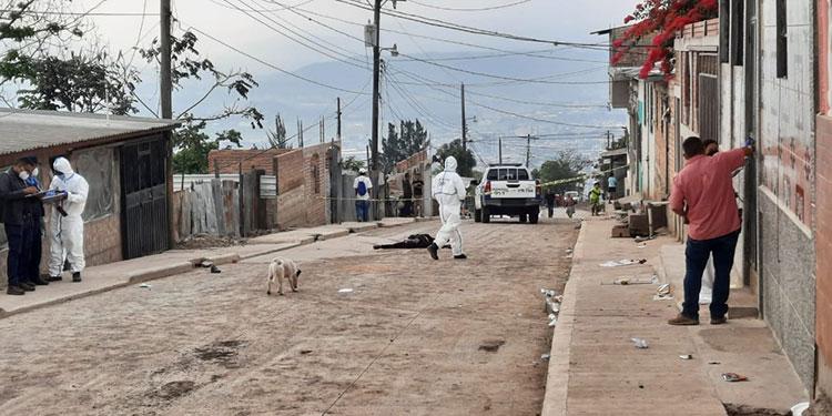 Al sector llegaron empleados de Inspecciones Oculares y de la Dirección Policial de Investigaciones (DPI), para recoger evidencias en la escena del crimen.