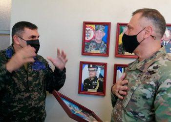 El jefe de la Fuerza Aérea Hondureña, general de brigada, Javier René Barrientos Alvarado, junto al comandante del Instituto de Cooperación para la Seguridad Hemisférica de Estados Unidos, coronel John Dee Suggs.