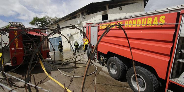 Cuatro camiones cisternas del Cuerpo de Bomberos tuvieron que ser movilizados para controlar el siniestro que destruyó unas oficinas de la Dirección Policial de Investigaciones (DPI).