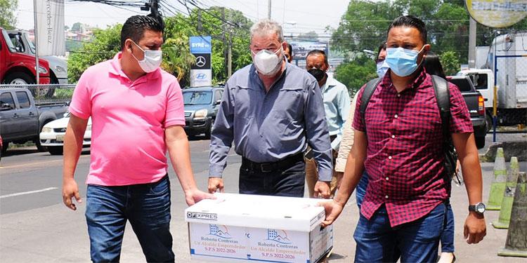 """El empresario Roberto Contreras, más conocido como """"Power Chiken"""", se inscribió en el Consejo Nacional Electoral (CNE), como candidato independiente a la alcaldía de San Pedro Sula."""